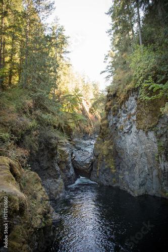 Papiers peints Rivière de la forêt Large rock stuck in crevice