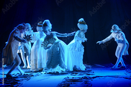 Fototapeta actors and Actresses dancing in white period costumes