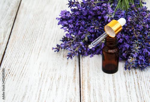 Papiers peints Lavande lavender oil with fresh lavender