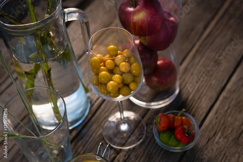 Aluminium Kersen High angle view of winter cherry and apples in container