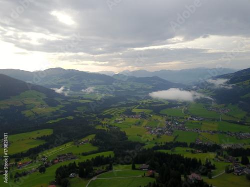 Fotobehang Donkergrijs Österreichische Alpen aus der Luft