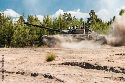 Główny czołg rosyjski będzie pruć na leśnej drodze w ćwiczeniach wojskowych