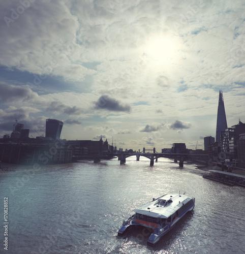Foto op Plexiglas London Counterlight image of London skyline and riverside