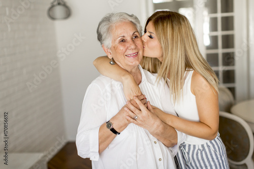 dzien-babci,-wnuczka-caluje-babcie