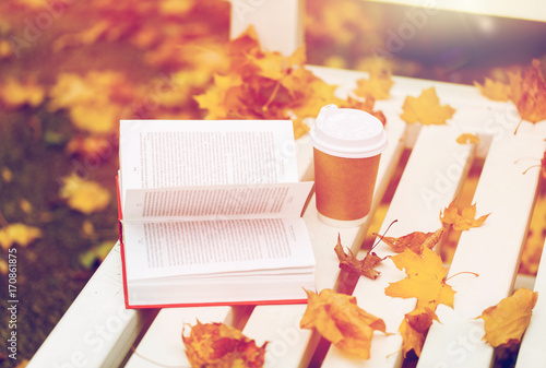 Papiers peints Cafe open book and coffee cup on bench in autumn park