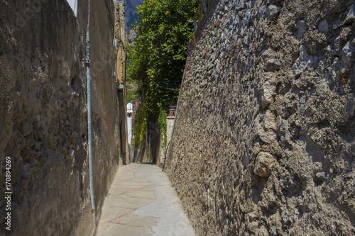Dettaglio dei vicoli di Praiano che portano a mare. Il piccolo paese è una frazione di Positano e si trova in Costiera Amalfitana, a pochi kilometri da Amalfi, nota località turistica.