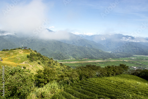 Foto op Plexiglas Blauwe hemel On the mountaintop and look down