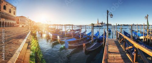 Papiers peints Photos panoramiques Gondolas in Venice - sunset with San Giorgio Maggiore church. San Marco, Venice, Italy
