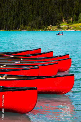 Foto op Plexiglas Canada Row of red canoes at Lake Louise, Banff National Park, Canada