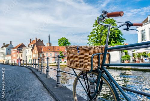 Foto Spatwand Brugge Bruges (Brugge) cityscape with bike