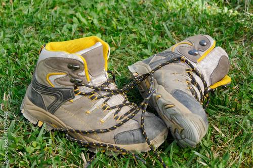 Foto op Plexiglas Gras Hiking shoes in the grass