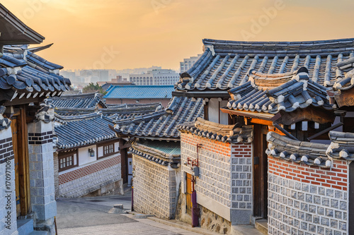 Staande foto Seoel Seoul sunrise city skyline at Bukchon Hanok Village, Seoul, South Korea
