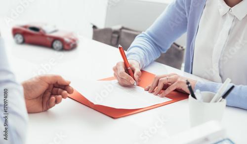 Zobacz obraz Driver signing a car insurance