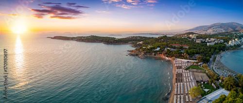 Der Astir Strand in Vouliagmeni, südlich von Athen, bei Sonnenuntergang - 170980697