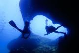 海底の洞窟内で泳ぐダイバー - 171002079