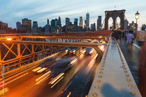 Papiers peints Ponts Brooklyn bridge with traffic and people in New York