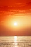 aurore et voilier en Méditerranée