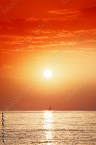 Staande foto Rood traf. aurore et voilier en Méditerranée