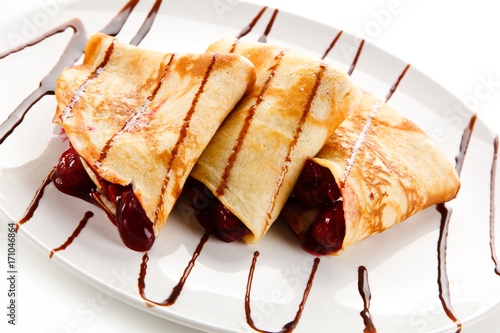 Aluminium Kersen Crepes with cherries on white background