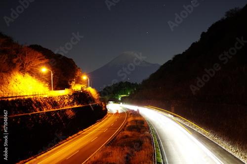 Fotobehang Nacht snelweg 夜の高速道路と富士山