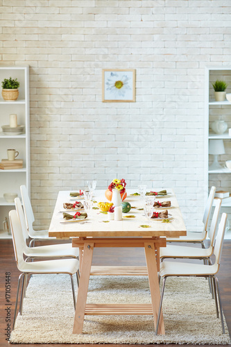Empty room with served Thanksgiving table and six chairs for guests - 171051448