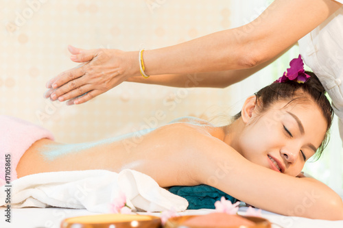 Papiers peints Spa Women is relax with Therapist putting salt scrub on her back