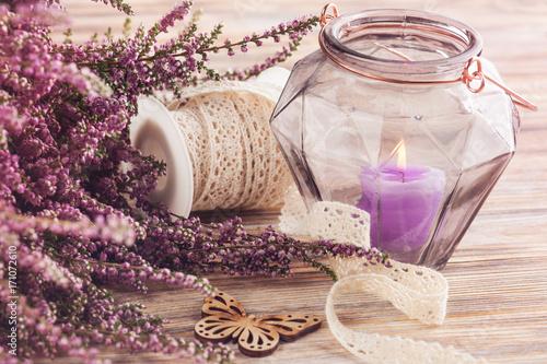 Różowy wrzos, fioletowy garnek do świec, motyl