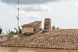 Mediterranes Dach mit Schornstein - 171101835