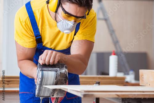Carpenter working in the workshop - 171113465