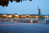 Zürich Twilight Bürkliterrasse Parkanlage Blick auf beleuchtetes Utoquai Skulptur Canymed - 171145805