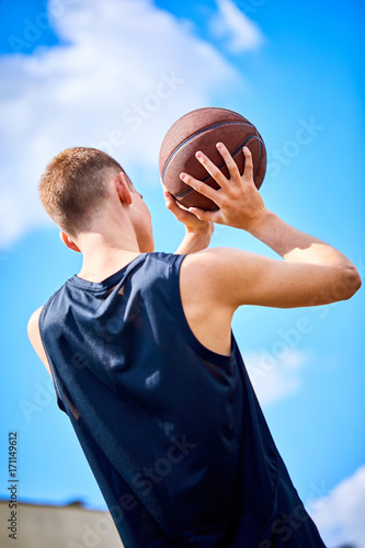 Aluminium Basketbal male playing basketball outdoor