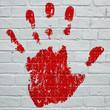 Art urbain, empreinte d'une  main gauche rouge sang