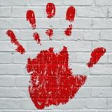 Art urbain, empreinte d'une  main gauche rouge sang - 171177221