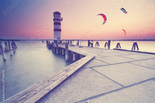 Fotobehang Vuurtoren Kitesurfen am Leuchtturm