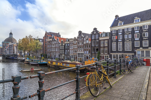Foto op Plexiglas Amsterdam Bikes on the bridge in Amsterdam