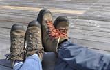 pieds d'un couple portant des chaussures de randonnée