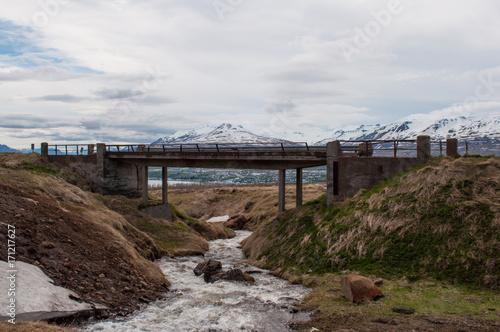 Fotobehang Diepbruine River and a bridge in Vadlaheidi mountain in north Iceland