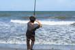 El pescador está luchando con un pez muy grande.