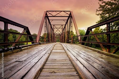 stary-most-kolejowy-w-stylu-industrialnym