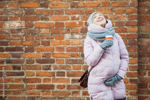 Papiers peints Cafe Pregnant woman with coffe laugh on vintage red brick wall