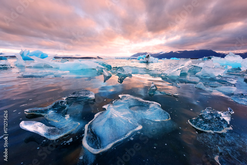 Fotobehang Lichtroze Icebergs in Jokulsarlon glacial lagoon