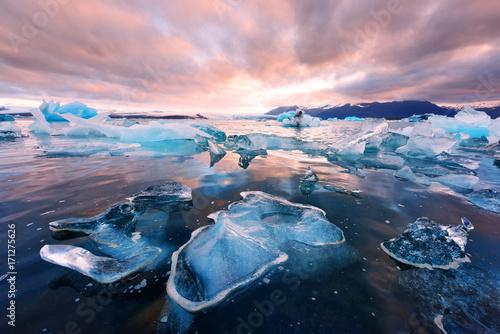 Foto op Plexiglas Lichtroze Icebergs in Jokulsarlon glacial lagoon