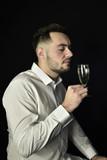 Homme dégustant un verre de vin - 171284056