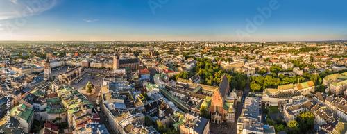 Fototapeta Kraków - panorama starego miasta z Rynkiem Głównym i Bazyliką Mariacką. Widok z lotu ptaka.