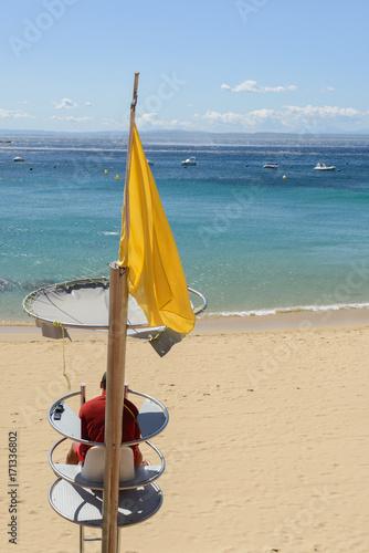 Vigilante Socorrista De La Playa En La Costa Mediterranea