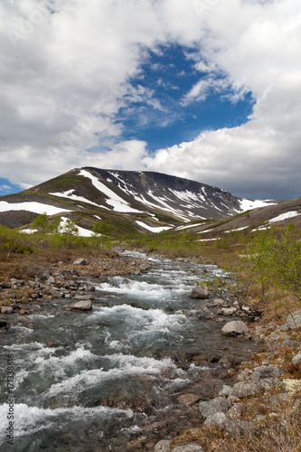 Aluminium Bergrivier mountain stream in the Khibiny mountains in the north of Russia