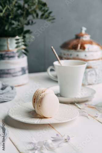 Fotobehang Chocolade coffee and marshmallows on wooden background composition with flowers