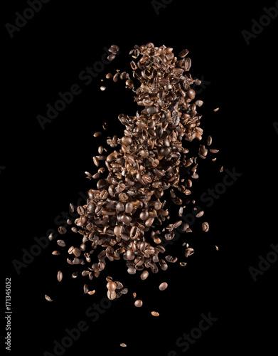Fotobehang Koffiebonen falling coffee beans on a black background