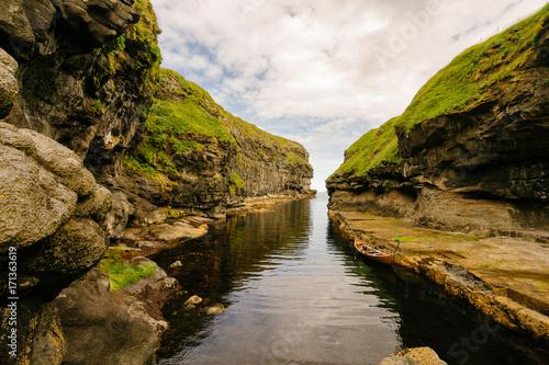 Fotobehang Bergrivier Un bras d'océan en forme de fjord d'un pays du nord