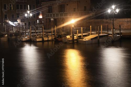 Foto op Plexiglas Venetie night scene with boats